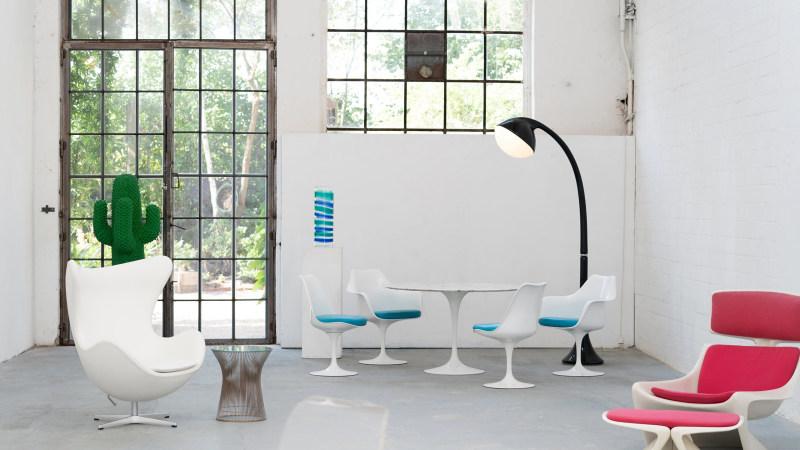 Gesamtansicht der Saarinen Stuhl und des Arne Jacobsen Egg Stuhl