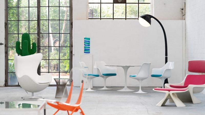 Jean Prouve Chair im Vordergrund, Saarinen Stuhl hinten