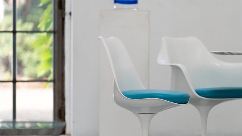 zu sehen sind 2 Saarinen Stuhl