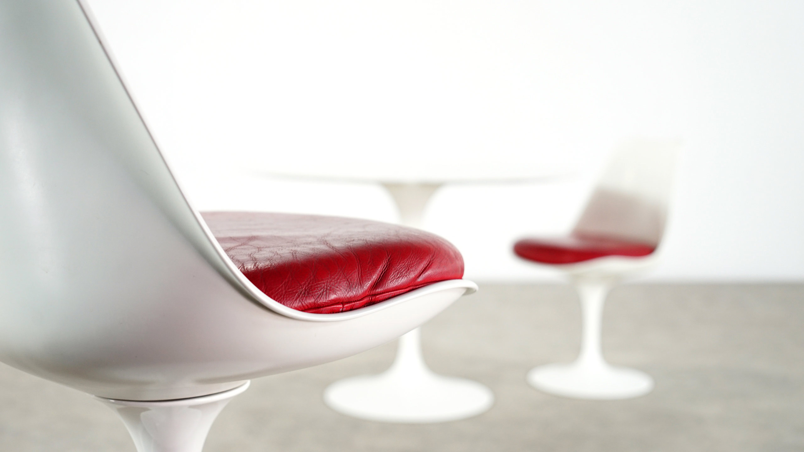 saarinen tulip chair. dimensions: w 19.29 inch, h 31.89 d 20.87 inch: 49 cm, 81 53 cm; designer: eero saarinen; fabricant: knoll international; prix: 3800,-\u20ac saarinen tulip chair